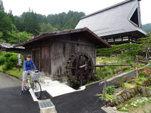 Villageoise à vélo