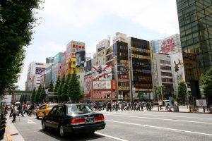Akihabara avec des autos.