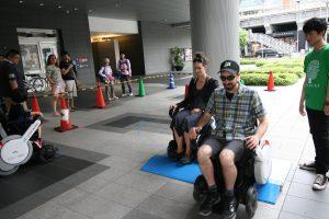 Les blancs-becs en fauteuil roulant motorisé!